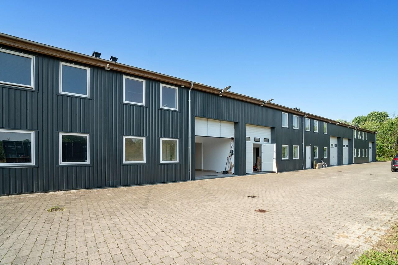 Udlejning af lokaler til Værksted Lager kontor, er bygget i bedste materialer som var det en bolig. kontakt 40 33 34 00 for ledige lejemål Standard for hele ejendommen. Godt lejemål bygget i bedste bolig standard beliggende i Espergærde 2 min til motorvejen. 25 min til Rådhuspladsen. 10 minutter til Helsingør centrum. Lejemål er nemme at opdele eller lægge flere sammen. Ejendommen har elektrisk port. 400 V 16A Ejendommen er fuldisoleret med 300 mm isolering, termoruder. Flisebelægning klinker med gulvvarme i underetage. Parket gulve på 1 salen & central radiator varme. Her er plads til at du kan have et lille værksted. Og lager faciliteter på samme sted. Om det er en webbutik, eller håndværker forretning, murer, tømmer, maler, elektriker. gartner eller andet lydstudie, øvelokale. Her er både bad og køkken. Lejemålet kan tilpasses til dine behov