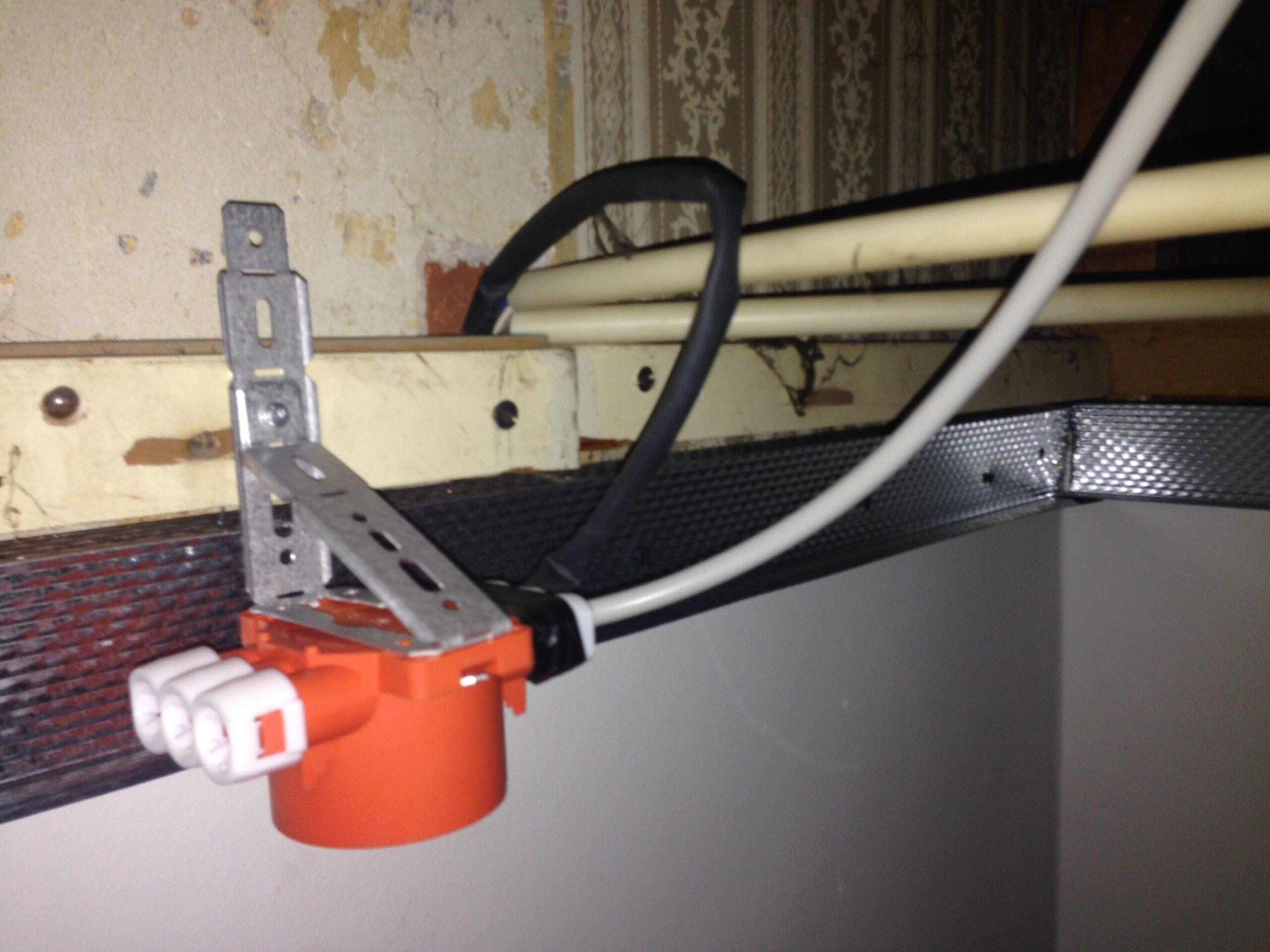 akut elektriker vagten 41. her er der en fejl på strømmen så Hfi relæ slår fra, en svær fejl da der var skjulte samlinger over loft